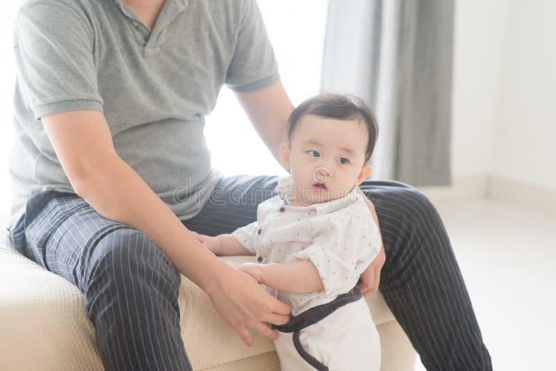 Отец сидит с детьми ребенок стоковое фото