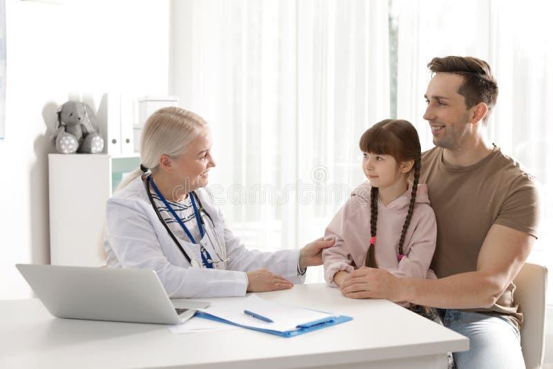 Отец с доктором ребенка посещая стоковые изображения rf