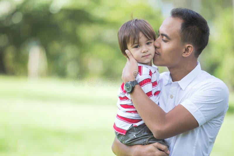 Отец с его ребёнком в парке стоковые изображения rf