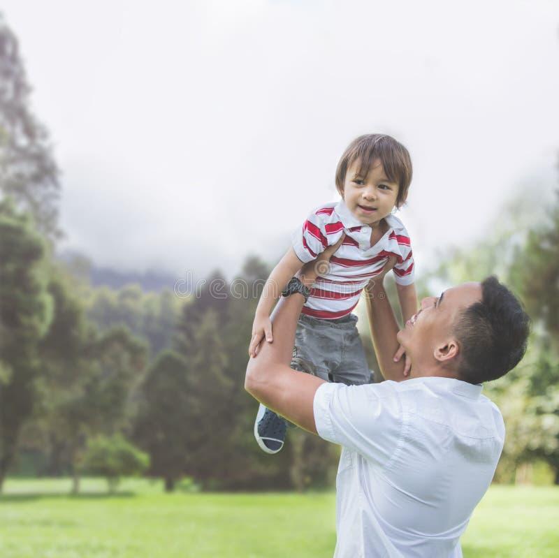 Отец с его ребёнком в парке стоковые фото