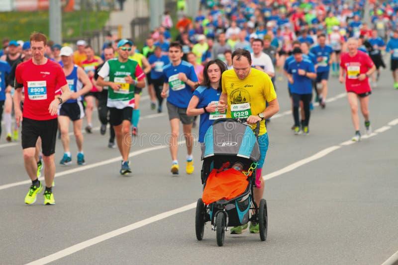 Отец с дето- участниками марафона kazan Россия стоковое фото rf