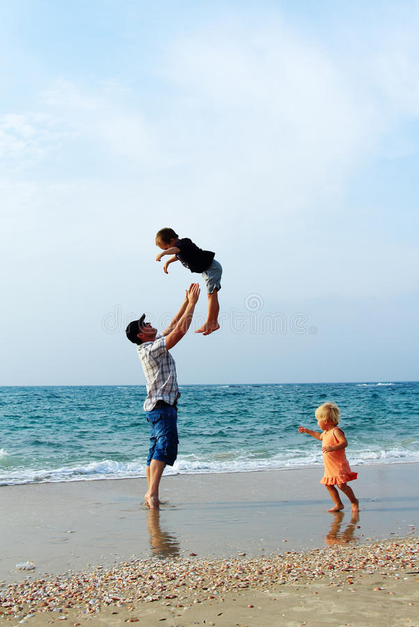 Отец с 2 детьми o стоковые фото