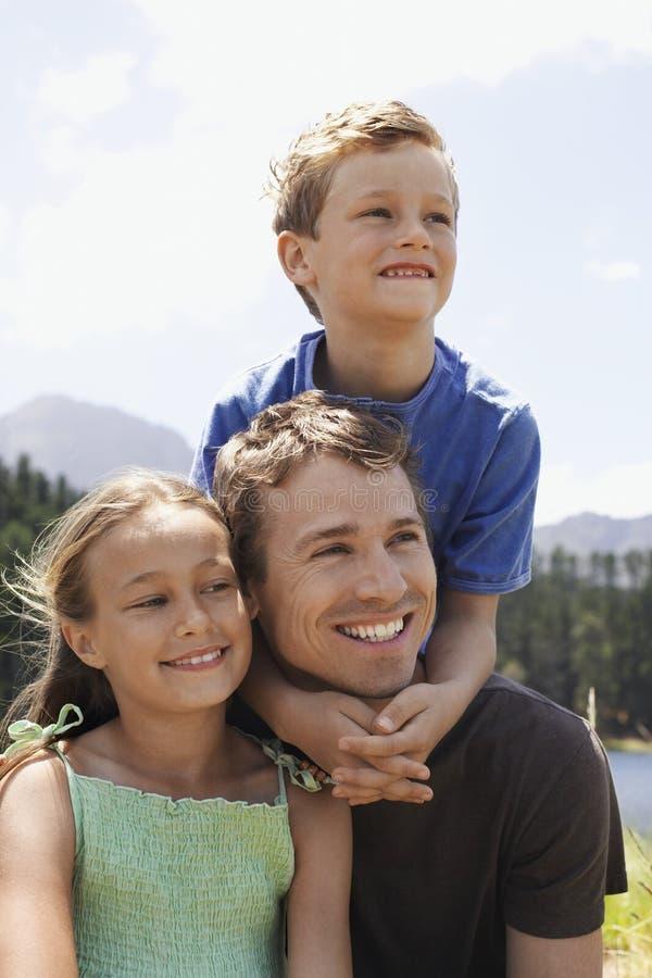 Отец с детьми Outdoors стоковое изображение