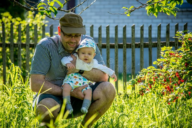 Отец с ребенком в природе стоковое фото
