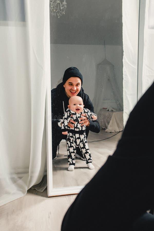 отец с ребенком счастлив увидеть их отражение в m стоковое фото