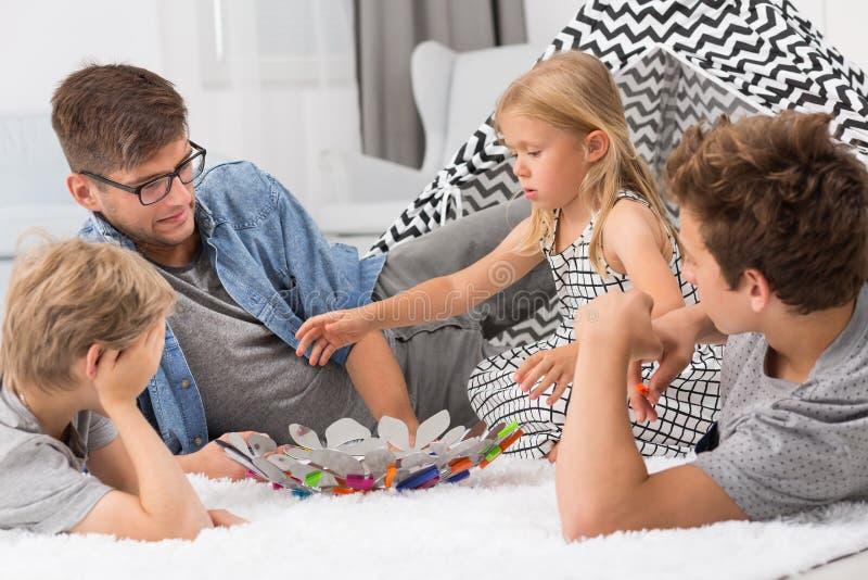 Отец тратя время с детьми стоковое фото