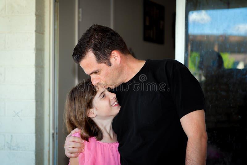 Отец целует дочь на лбе стоковое фото rf