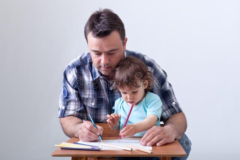 отец чертежа мальчика его малыш стоковые фотографии rf