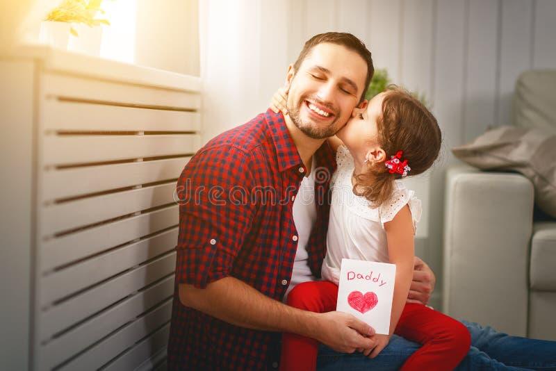 отец s дня Счастливый папа поцелуя дочери семьи и приветствие давать стоковое изображение