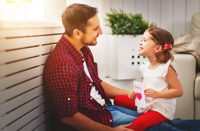 отец s дня Счастливый папа поцелуя дочери семьи и приветствие давать стоковое фото rf