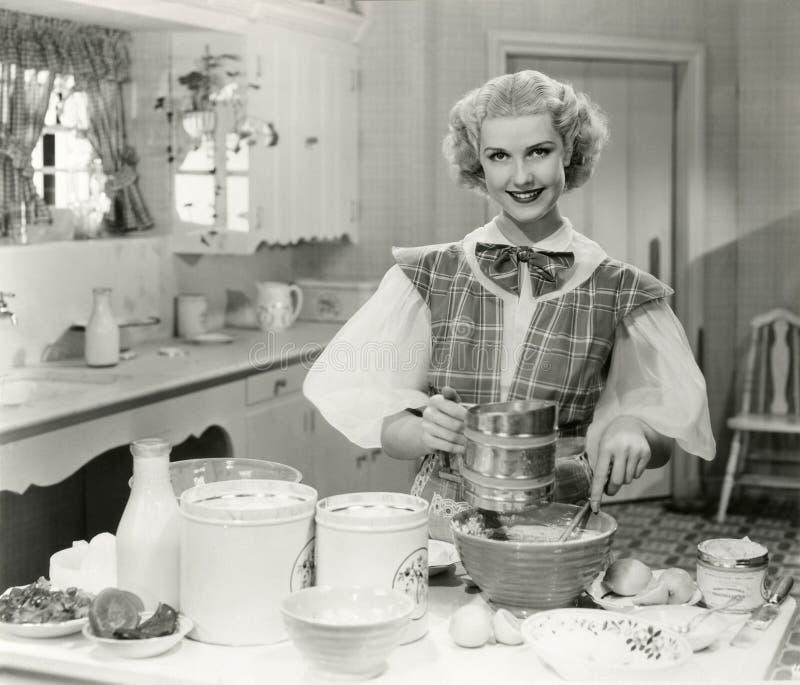 Отечественная выпечка богини в кухне стоковое изображение