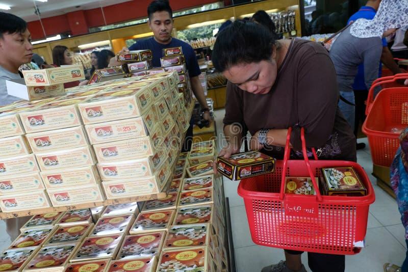 Отечественные туристы ходят по магазинам в центре продуктов питания стоковое изображение rf