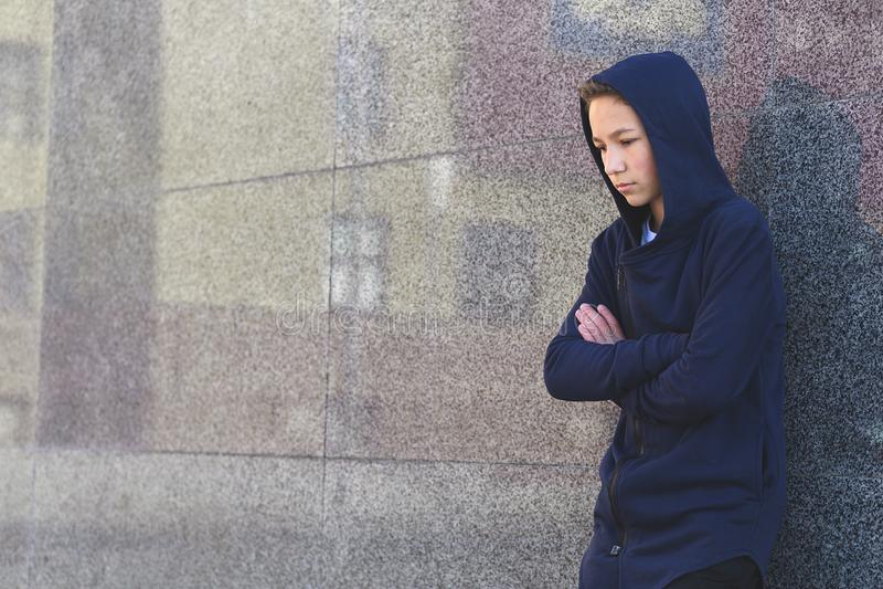 Отжатый грустный подросток на темной предпосылке, подростковая концепция проблемы стоковая фотография rf