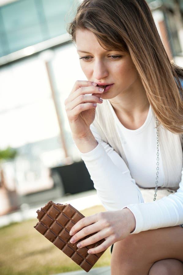 отжатый шоколад ел детенышей женщины стоковые фотографии rf