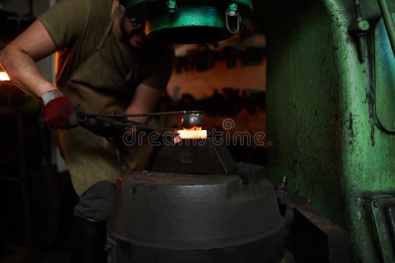Отжимать heated металл с круглым форменным инструментом стоковые фотографии rf