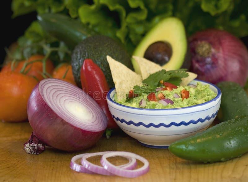 откалывает свежие овощи guacamole стоковая фотография rf