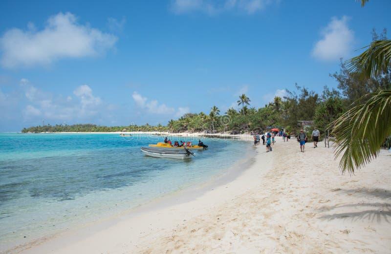 Отклонение пляжа и шлюпки острова тайны стоковые изображения