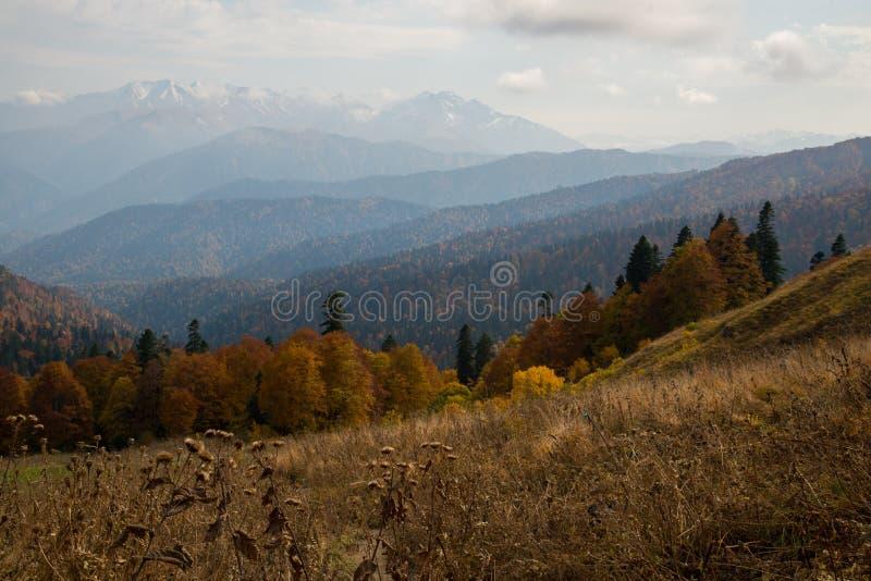 Отключение в октябре к горам кавказского запаса стоковое изображение