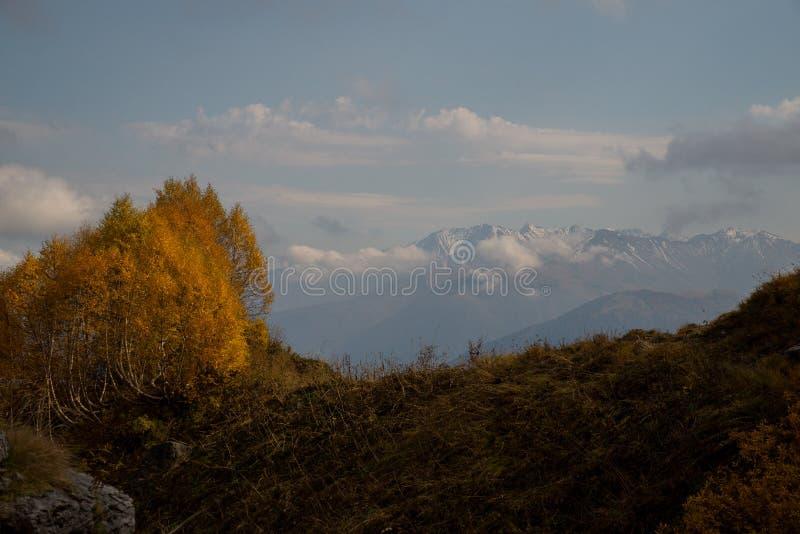 Отключение в октябре к горам кавказского запаса стоковая фотография
