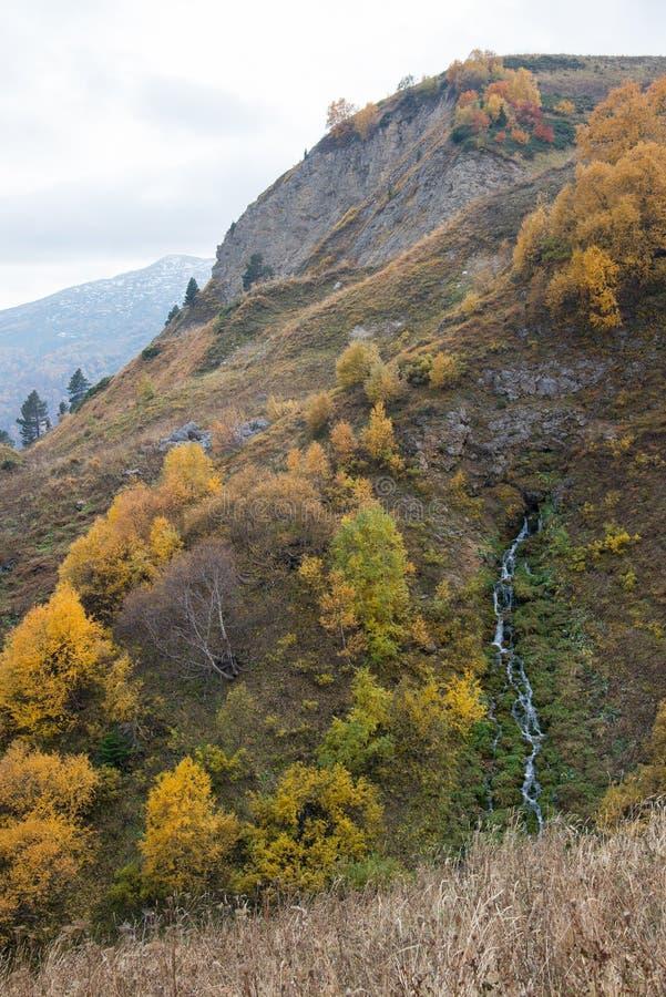 Отключение в октябре к горам кавказского запаса стоковые фото