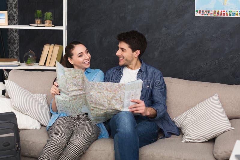 Отключение планирования пар, изучая карту дома стоковые фото