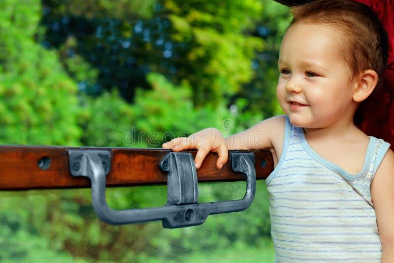 отключение поезда ребёнка милое наслаждаясь стоковая фотография rf