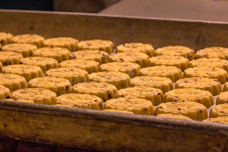 Отколите печенья как раз испеченные на подносе печи стоковые изображения