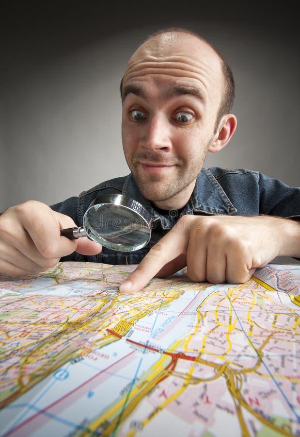 открывать смешного туриста карты стоковое фото rf