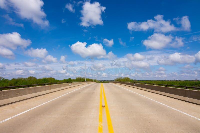 Открытая дорога на мосте стоковые фотографии rf