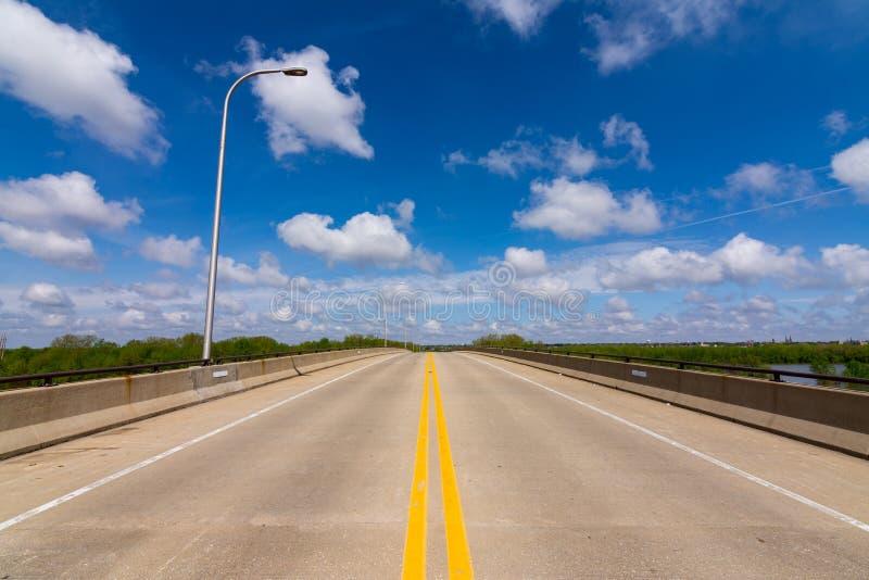 Открытая дорога на мосте стоковое изображение