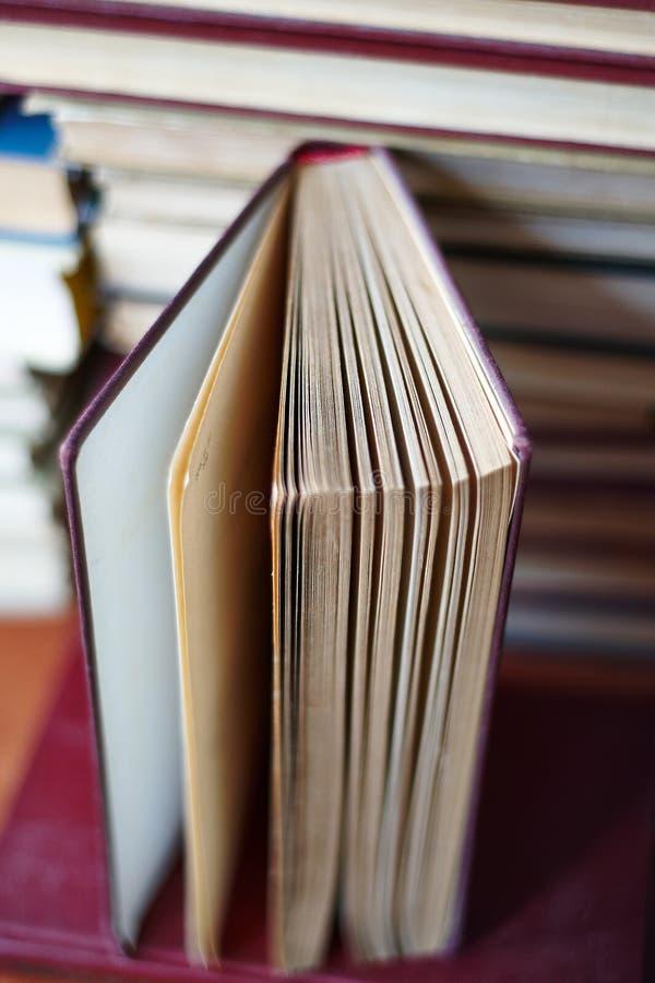 Открытая книга, стог книг hardback стоковое фото rf