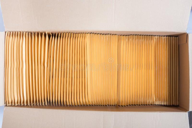 Открытая коробка конвертов с бурыми пузырями стоковые изображения rf