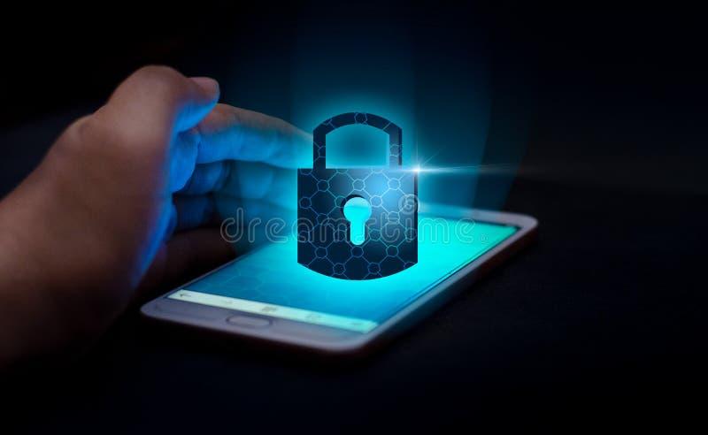 Открытая пресса руки телефона интернета замка smartphone телефон, который нужно связывать в интернете Protecti руки концепции без стоковые фото
