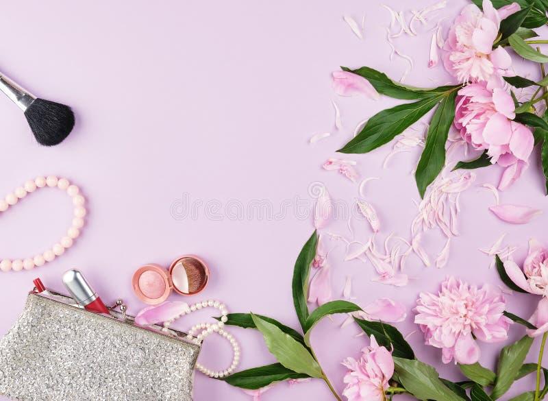 открытая серебряная женская косметическая сумка с красной губной помадой, яркими тенями и браслетами сделанной из жемчугов стоковые изображения rf