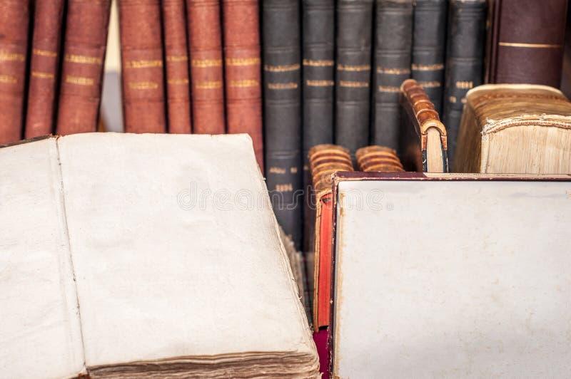 Открытая старая книга с пустой страницей для текста Страница старой книги с copyspace для текста стоковые изображения