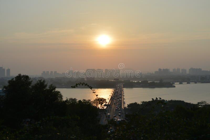 Открытая трава Сцена моста занятая Заход солнца Пойдите домой Смотреть к тому из красивого стоковое фото