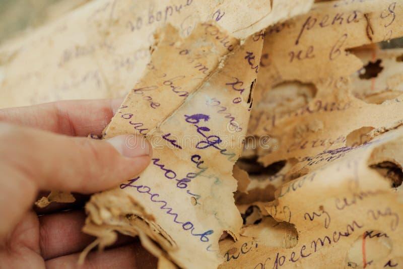 Открытие старых документов, письма прошлых столетий или бумажные рукописи в неизвестном языке, избаловали к время стоковые фотографии rf