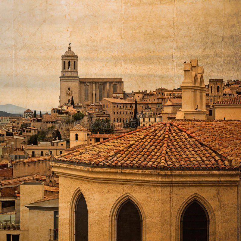 Открытка в винтажном взгляде старого городка города Хероны, Испании, с собором стоковое фото