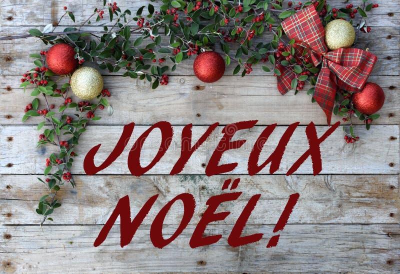 Открытка рождества для приветствий Металлические письма на естественной деревянной предпосылке Красные, золотые и белые обои Xmas стоковое изображение rf
