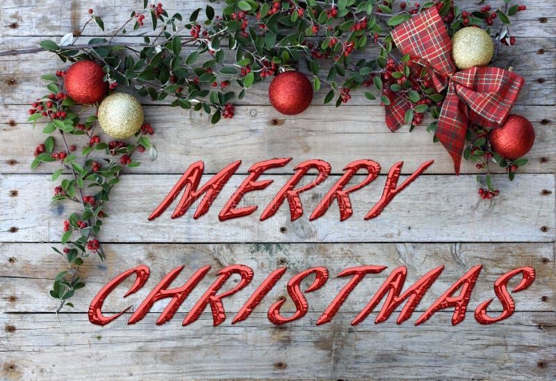 Открытка рождества для приветствий Металлические письма на естественной деревянной предпосылке Красные, золотые и белые обои Xmas стоковые фотографии rf