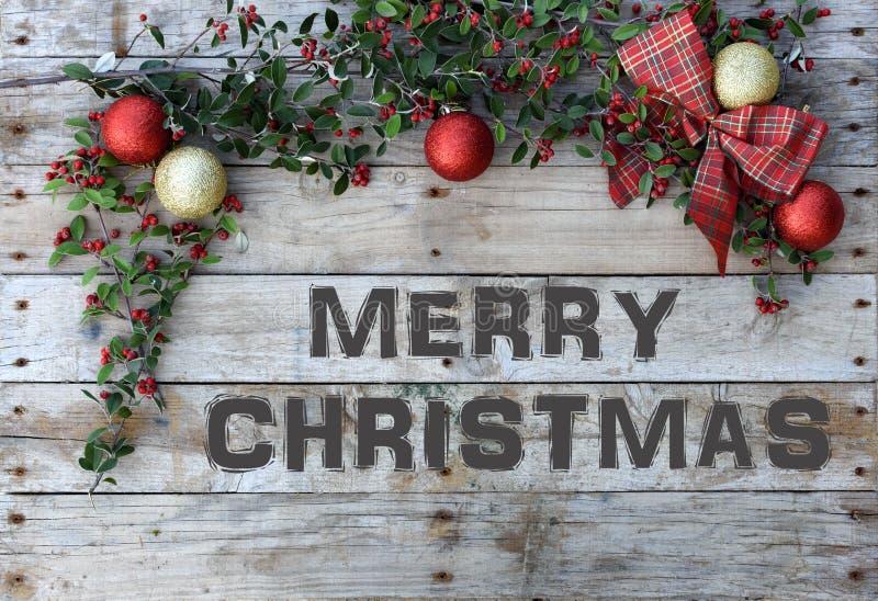 Открытка рождества для приветствий Металлические письма на естественной деревянной предпосылке ` ` С Рождеством Христовым обои стоковое фото rf