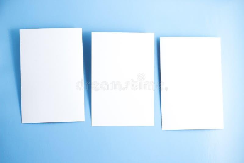 3 открытки пробелов белых/летчики/модель-макета приглашений на голубой предпосылке стоковые изображения