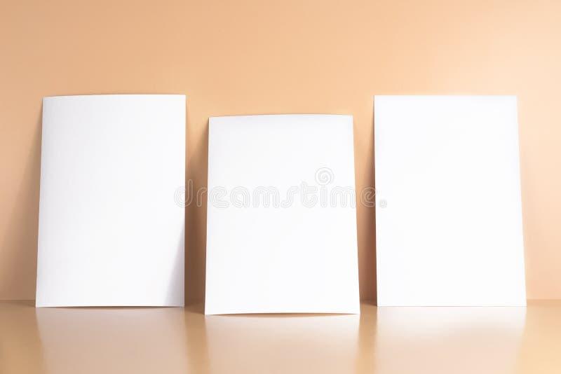 3 открытки пробелов белых/летчики/модель-макета приглашений на желтой предпосылке стоковое фото rf