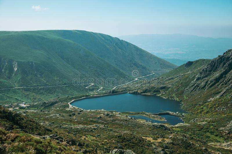 Открытое море на озере запруды на холмистом ландшафте стоковая фотография rf