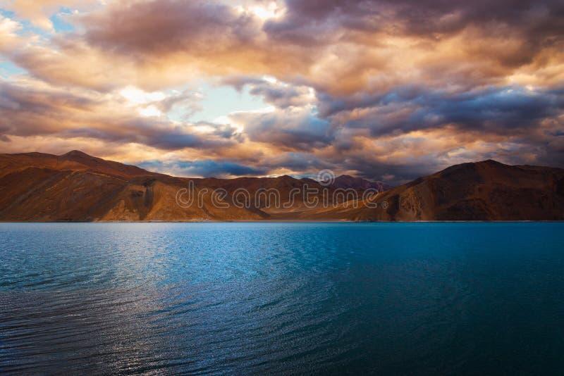 Открытое море на Tso Pangong озера Pangong с красочным облачным небом, Leh, Ladakh, Джамму и Кашмир, Индией стоковая фотография