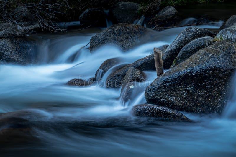 Открытое море пропуская над утесами в потоке горы стоковые изображения