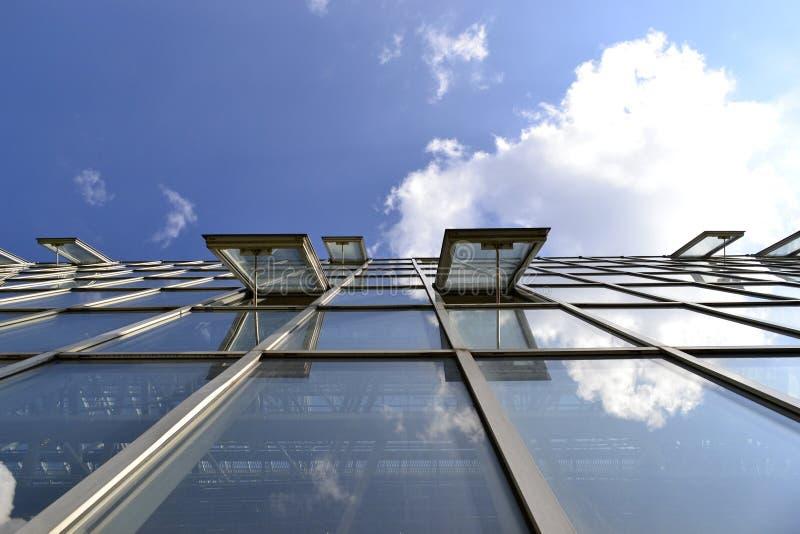 Открытое окно в стеклянном здании стоковые фото