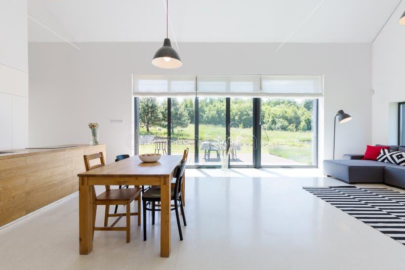 Открытое пространство с столовой стоковые фото