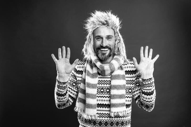 Открытость и честность Человек с медведями, который любит свитер с шляпой и шарфом Модельная модель в стиле холодной погоды стоковая фотография rf