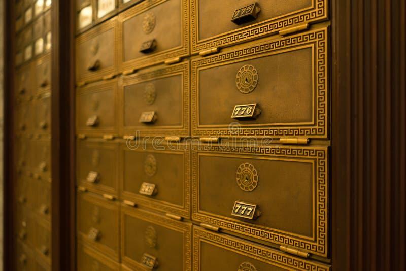 Открыттое ключом почтовым отделением лобби квартиры почтового ящика богато украшенное стоковое изображение rf